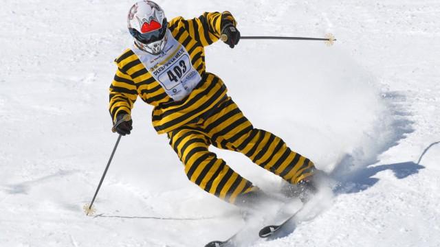 Ein Skifahrer im Tigerdress beim Derby de la Meije