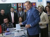 Erdoğan bei der Stimmabgabe Kommunalwahlen