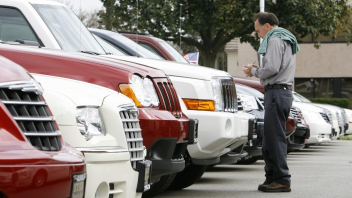 Ein Mann vor einem Chrysler-Händler in Glendale, USA