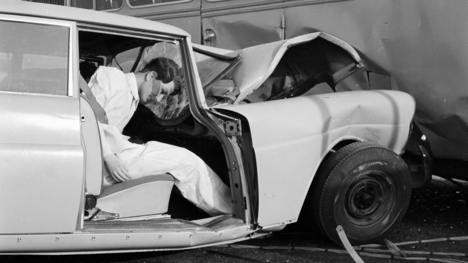Crash-Versuch eines Mercedes W 111.