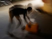 Junge mit Wasserkanister in Freetown, Sierra Leone
