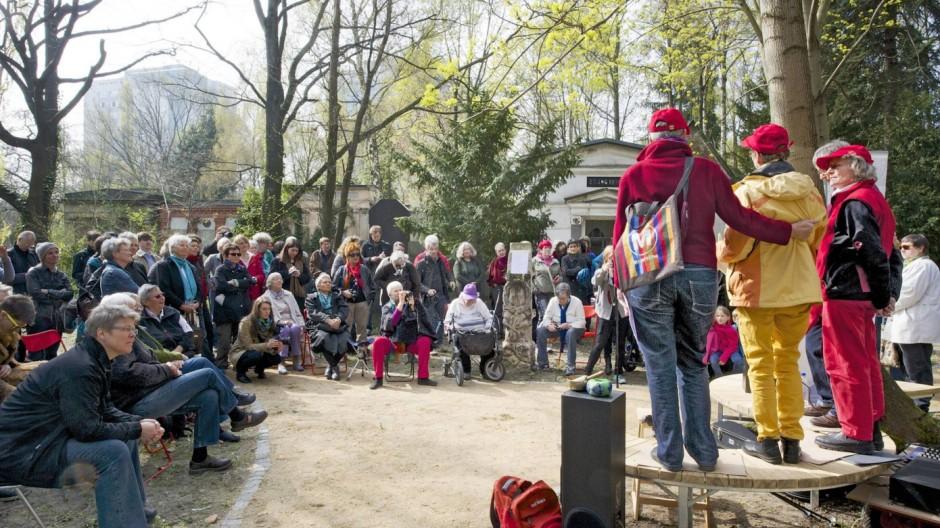 Der bundesweit erste Friedhof nur für lesbische Frauen ist am Sonntag 06 04 2014 in Berlin eröffne