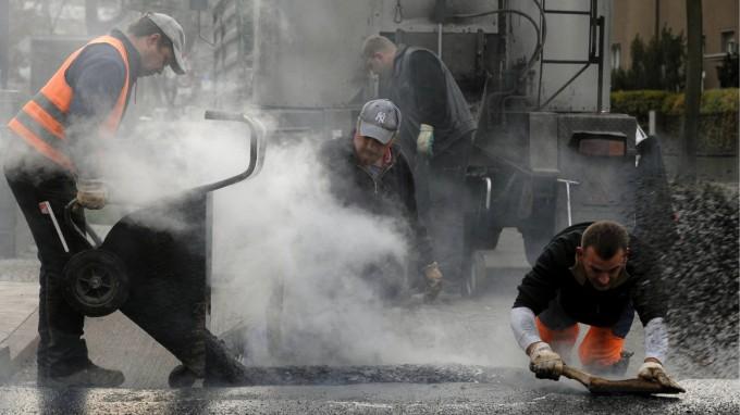 Киевские коммунальщики кладут асфальт под проливным дождем - Цензор.НЕТ 2404