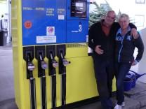 Uwe Möderl und seine Frau Metke an ihrer Tankstelle in Maisach