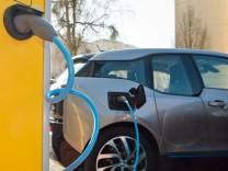 Ein BMW i3 an der Stromtankstelle