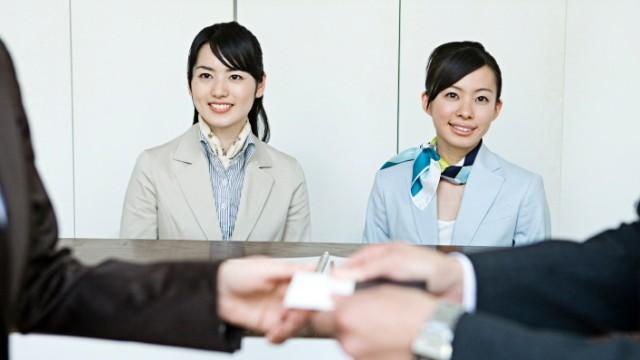 Japaner überreichen Visitenkarte