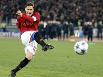 AS Roma's Totti scores in a penalty shoot-out against Arsenal during their Champions League soccer match in Rome