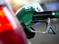 Zapfpistole im Tankstutzen eines Autos