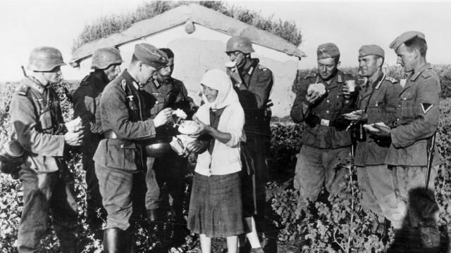 Deutsche Soldaten mit einer Bäuerin hinter der Ostfront, 1941 Zweiter Weltkrieg