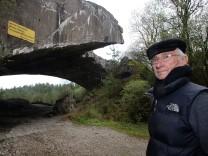 Wo sind die Schienen? Wo der riesige Betonmischer? Joshua Kaufman, fröstelnd, vor den verfallenden Resten des Rüstungsbunkers der Nazis bei Mühldorf.