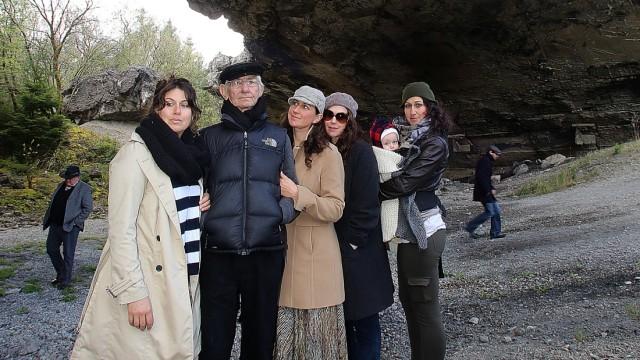Zeitzeuge Joshua Kaufman aus den USA besichtigt gemeinsam mit seinen vier Töchtern Judy, Rachel, Malkie, Alexandra samt Enkelkind Ethan die Reste des Bunkers
