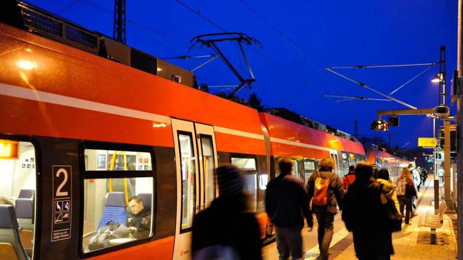 Die Werdenfelsbahn an der Haltestelle in Tutzing, 2014