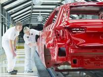 Audi A3 bei der Endkontrolle der Lackierung