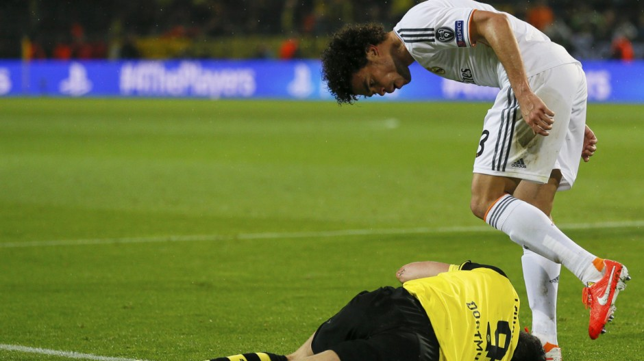 Real Madrid's Pepe checks Borussia Dortmund's Lewandowski during their Champions League quarter-final second leg soccer match in Dortmund
