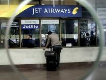 Ein Passagier steht an einem Schalter von Jet Airways, Indien