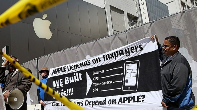 Activists Call For Apple To Pay Taxes On Money Held Overseas