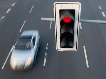 Rote Ampel an einer Kreuzung