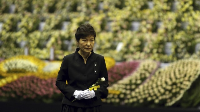 South Korea's President Park arrives to pay tribute to the victims of sunken passenger ship Sewol, at the official memorial altar for the victims in Ansan