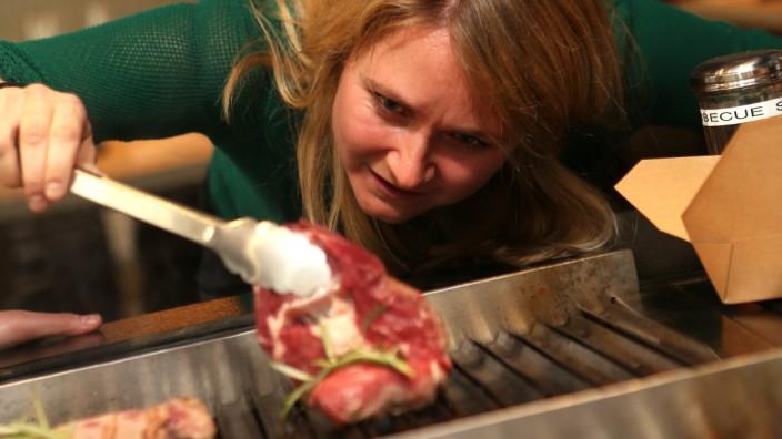 """Ein Gast grillt ein Steak im """"Grill & Grace"""" im Westend."""