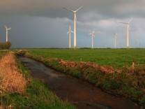 Regenwolken über Windpark