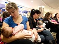 Mütter stillen ihre Babys