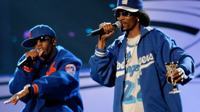 RAP ARTISTS SEAN P DIDDY COMBS AND SNOOP DOGGY DOGG PERFORM