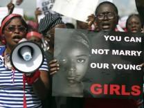 Frauen demonstrieren in Nigeria für die von Boko Haram entführten Schulmädchen