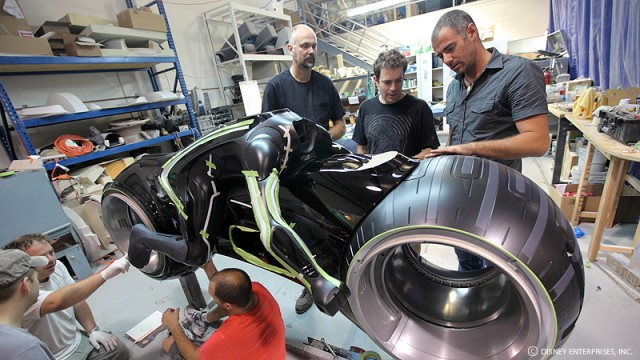 """Daniel Simon bei der Entwicklung eines der Motorräder aus """"Tron: Legacy"""""""