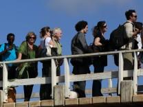 Touristen auf Manda Island in Lamu, Kenia