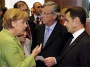 Angela Merkel diskutiert beim EU-Gipfel mit Nicolas Sarkozy und Jean-Claude Juncker (Mitte), dpa
