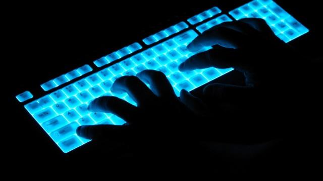 Hände auf leuchtender Tastatur