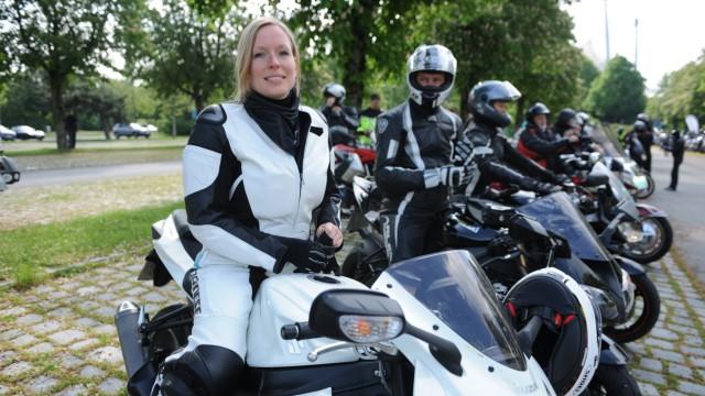"""Susanne Heckmair (links) sitzt tagsüber im Büro, in der Freizeit aber schwingt sich die junge Frau auf ihre Suzuki, um das """"Kurvengefühl"""" zu genießen."""