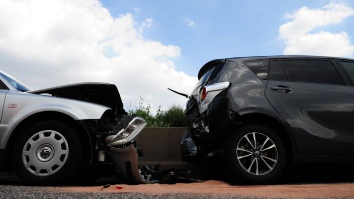 Autounfall zwischen einem Toyota Verso und einem VW Passat.