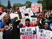 Fast 2000 Menschen demonstrieren im Chicagoer Vorort Oak Brook