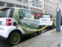 Smart mit Elektroantrieb an einer Stromtankstelle