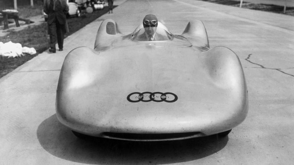 Ernst von Delius in dem Rennwagen der Auto-Union, Typ C, 1937