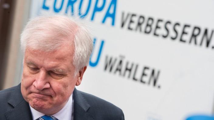 Vor der CSU-Vorstandssitzung in München wirkt Horst Seehofer geknickt.