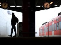 Passagier wartet am Bahnhof Celle