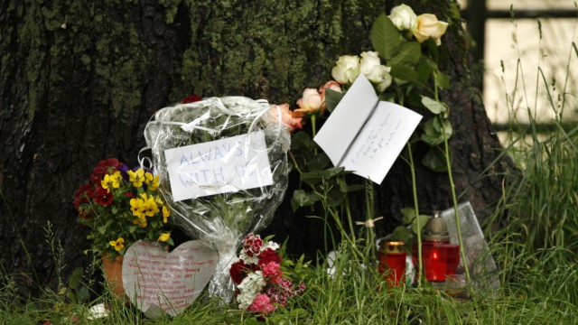 Blumen zum Gedenken an den Ermordeten, der an der Isar einem Messerstecher zum Opfer fiel in München, 2013