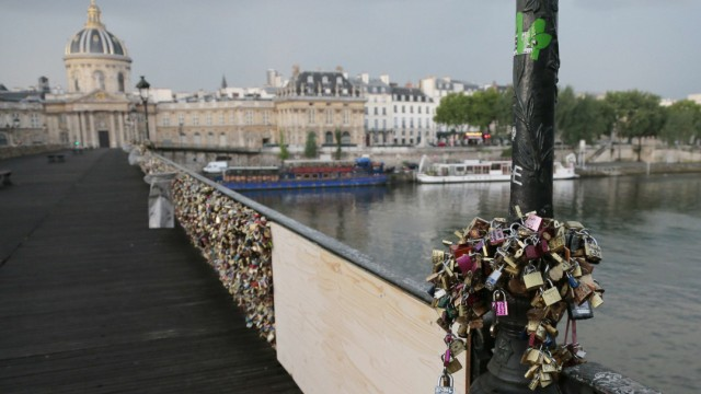 Liebesbeweis: Vorhängeschlösser an der Pont des Arts in Paris