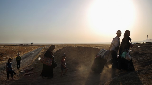 *** BESTPIX *** Refugees Flee Iraq After Recent Insugent Attacks