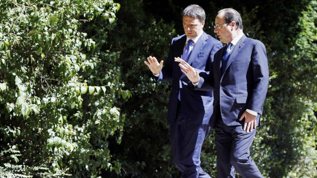 French President Hollande walks with Italian Prime Minister Renzi at the Elysee Palace before a meeting of European Social-Democrat leaders in Paris