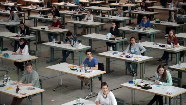 Groebenzell: Schueler des Gymnasiums beim Mathe-Abitur in der Schulturn-Halle