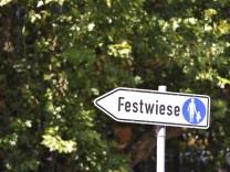 """Schild """"Festwiese"""" in München, 2012"""