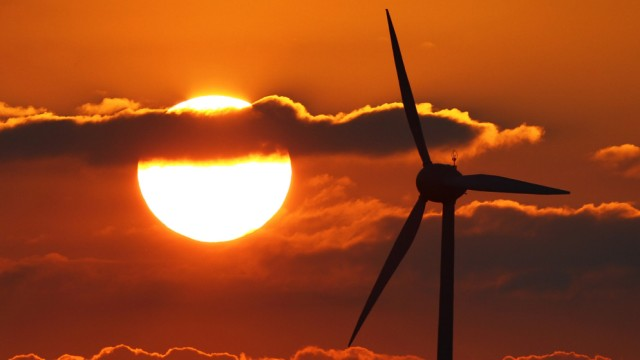 Windräder vor Sonne