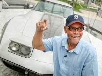 George Talley bei der Schlüsselübergabe für seine Corvette