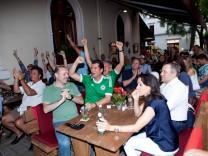 Fußballfans beim WM-Spiel Deutschland Frankreich, Restaurant Pardi, Volkartstraße