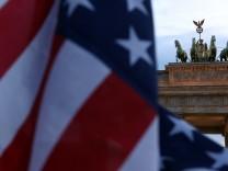 US-Flagge an der amerikanischen Botschaft in Berlin, unweit des Brandenburger Tors