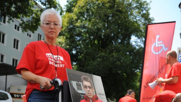 """""""Helft Daniel Bernert"""" steht auf den T-Shirts, in denen Mutter Claudia und ihre Unterstützer vor der Zentrale der Allianz-Versicherung ausharren."""