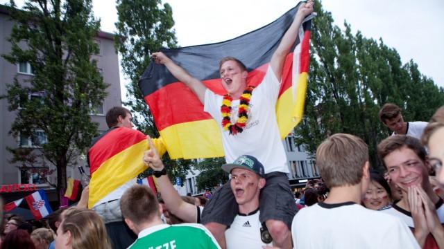 Fußballfans nach dem WM-Sieg Deutschland über Frankreich auf der Leopoldstraße